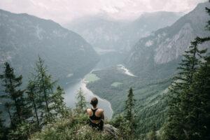 Vrouw op rots in vallei