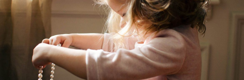 Duurzaam opvoeden 101: wat als je kinderen met gekleurde plastic dingetjes willen spelen?