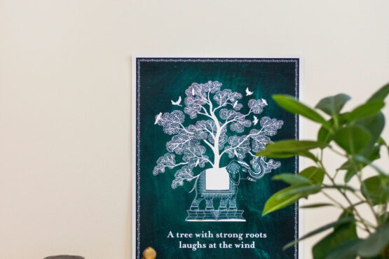 Download de poster 'A tree with strong roots laughs at the wind'